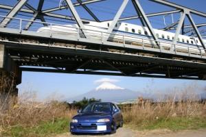 新幹線と傘雲富士山